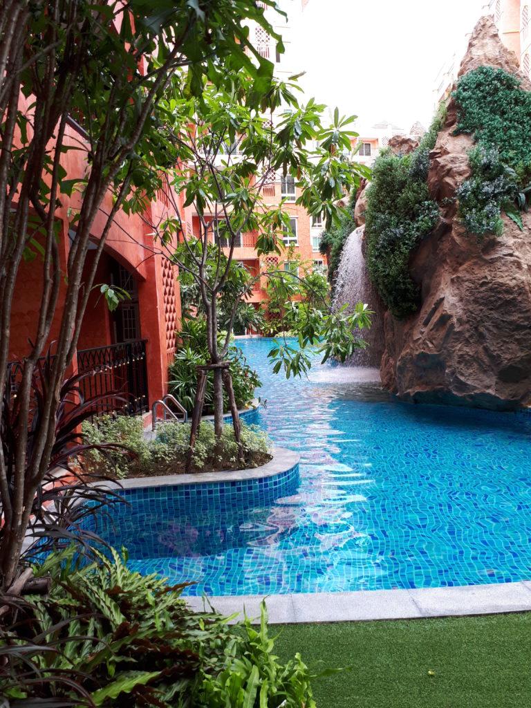 бассейн у первого этажа